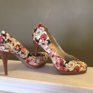 Gorgeous floral Christian Siriano heels size 8.5